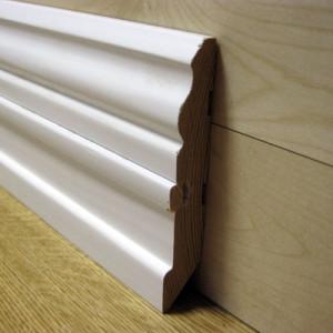 Плинтус фигурный белый со вставкой 105×20мм